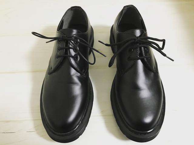 カジュアルな革靴