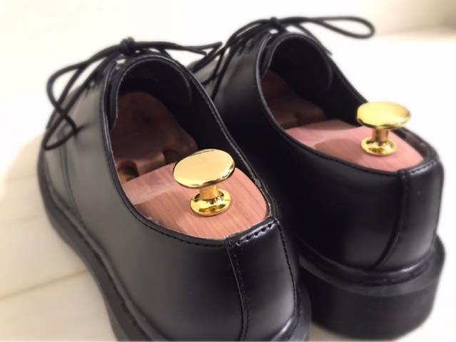 合皮の革靴にシューキーパーを入れた画像